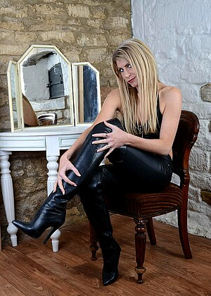 Girlsinleatherboots Model